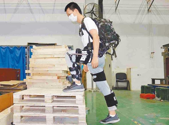 大陸科研團隊成功研發且交付了首批敏捷型無動力外骨骼。(取自環球網)