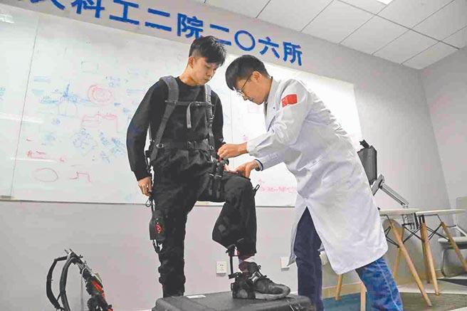 敏捷型無動力外骨骼,可以助力在高海拔與山地地區進行的巡檢與物資搬運等工作,讓使用者節省體力。(取自環球網)