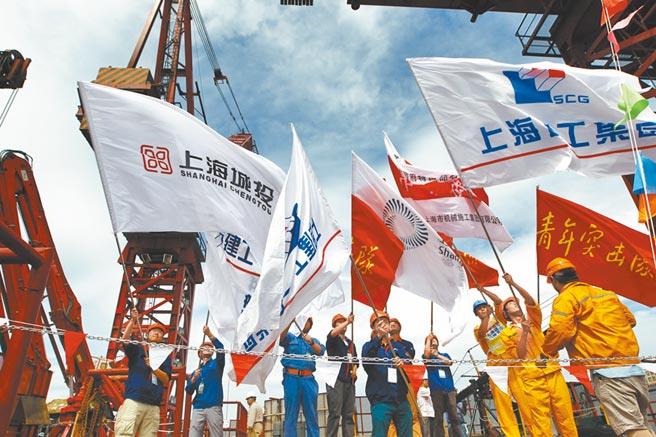 浦東開發開放的歷史新方位。圖為上海中心施工人員慶祝結構封頂。(新華社資料照片)