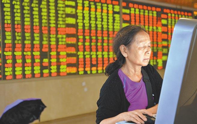四川成都某證券營業部大廳內,股民關注大盤。(中新社資料照片)