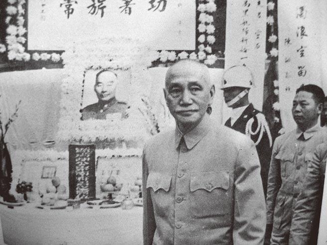 1962年,胡宗南將軍逝世後,蔣中正總統前往致祭。(潘杏惠翻攝)