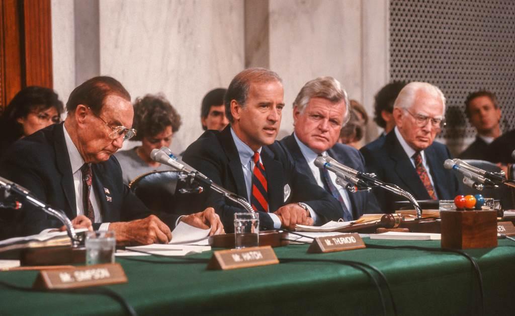 拜登(前排左2)1991年10月主持參議院司法委員會召開的安妮塔希爾控克萊倫斯托瑪斯性騷擾案聽證會,事後招來媒體的強烈批評,拜登也因而對此案未能妥善處理,讓安妮塔飽受傷害而耿耿於懷。 (圖/Shutterstock)