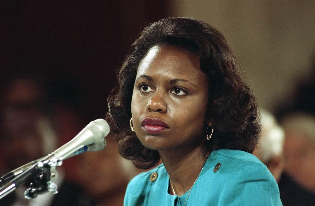1991年在大學擔任法律教授的安妮塔.希爾在參議院司法委員會聽證會上受到無情的歧視與言辭攻擊,成為當年最轟動社會的重大事件,更成為日後性別議題的重要案例。(圖/美聯社)