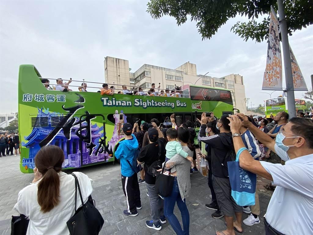 統一獅拿下台灣大賽中華職棒總冠軍,成功收下隊史第10座總冠軍,風光回到主場台南舉行球隊封王大遊行。(曹婷婷攝)