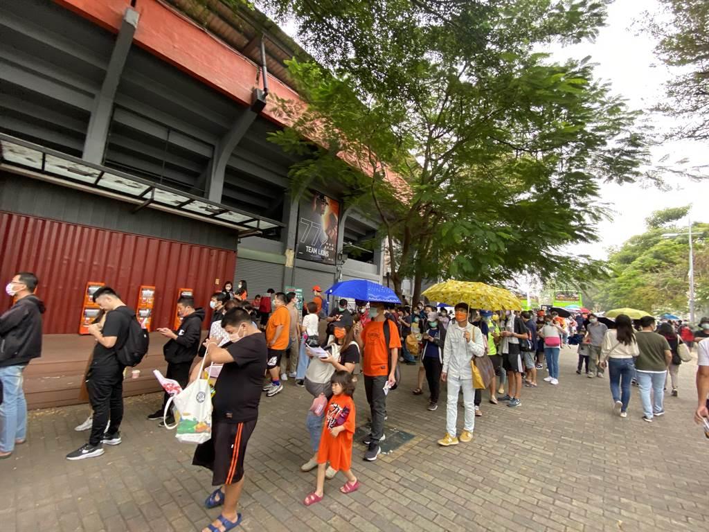 台南市立棒球場大排長龍的球迷。(曹婷婷攝)