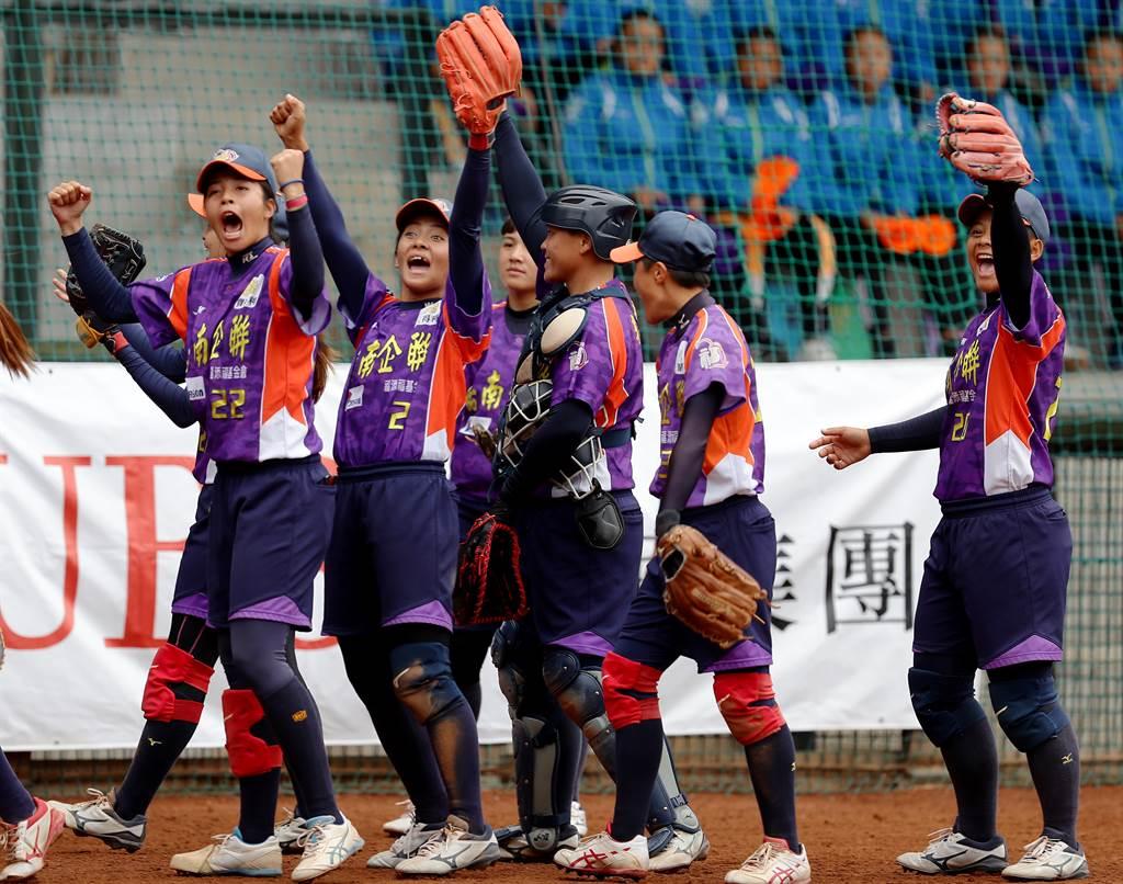 福添福嘉南鷹以12比6大勝新世紀黃蜂,扳成3勝3敗平手,球員們顯得相當興奮。(季志翔攝)