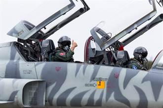 停飛14天後F-5型機首飛 空軍司令熊厚基同乘