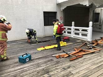 淡江大學男學生墜樓卡木棧道 手腳骨折緊急送醫
