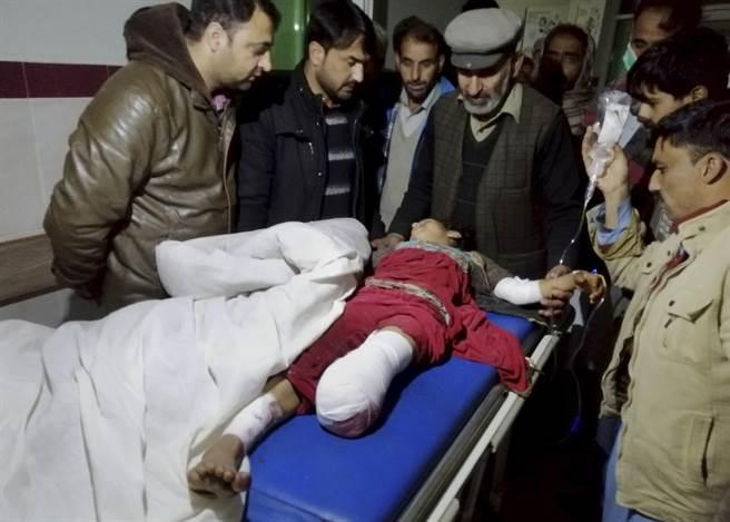 印度砲火造成1名孩童喪失了雙腳。(圖/美聯社)