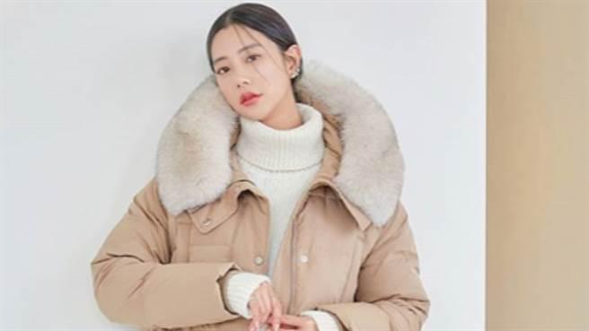 韓國女星克拉拉(Clara/李成敏)完美示範羽絨衣穿搭 拉長身材不顯胖。(圖/IG@actressclara)