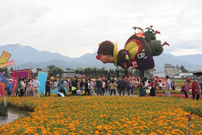 數萬遊客爭睹10公尺高的紅心皇后,重現防疫期間久違盛況。(王文吉攝)