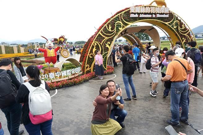 台中國際花毯節湧入賞花拍照遊客。(王文吉攝)