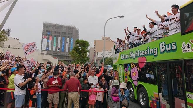 球迷以英雄式歡呼與統一獅球迷打招呼。(程炳璋攝)