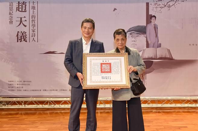 台灣本土詩人趙天儀日前辭世,文化部長李永得(左)代表頒贈總統褒揚令,趙天儀的夫人詹秀金(右)女士代表受贈。(陳世宗攝)