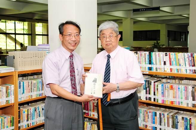 趙天儀(右)生前退休後,將手稿、文獻資料及其藏書一萬多冊捐贈靜宜蓋夏圖書館典藏,由校長唐傳義(左)代表接受,讓民眾瞭解台灣文學的發展歷程。(靜宜大學提供)