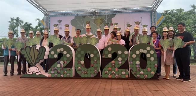 美濃區農會與高雄市政府農業局攜手舉辦「2020美濃白玉蘿蔔與好豆季」活動14日熱鬧開幕,邀請民眾到美濃品嚐白玉蘿蔔與毛豆共組的秋日雙饗。(林雅惠攝)