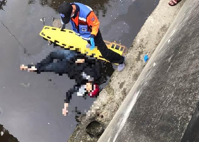 台南麻豆產業道路機車與汽車擦撞,女騎士彈落4米深大排傷重不治。(讀者提供/劉秀芬台南傳真)