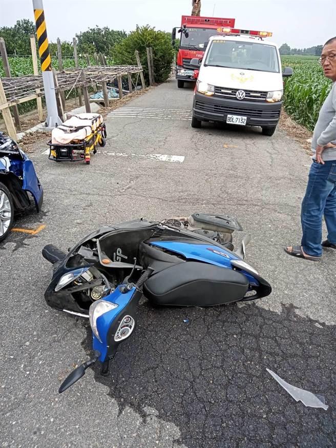 台南麻豆產業道路機車與汽車擦撞,女騎士車子橫倒路上,人卻彈落4米深大排傷重不治。(讀者提供/劉秀芬台南傳真)