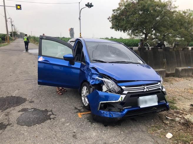 台南麻豆產業道路機車與汽車擦撞,汽車擋風玻璃被撞凹,車頭受損嚴重。(讀者提供/劉秀芬台南傳真)