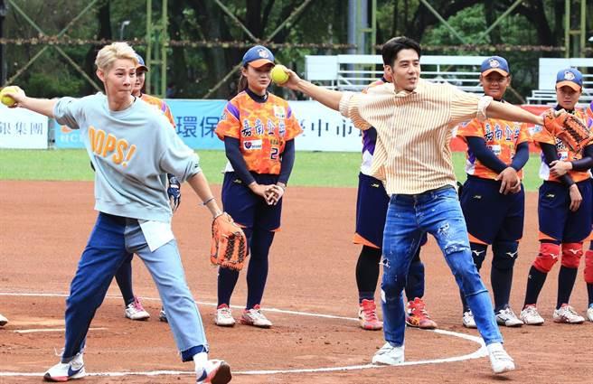 總冠軍戰G5賽前邀請藝人胡宇威(前排右)、夏和熙(前排左)開球。(中華壘協提供/廖德修台北傳真)
