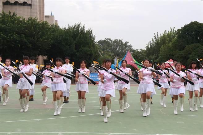 台南市南光高中11月14日歡度73周年校慶,校際聯合樂儀隊表演吸睛。(南光高中提供/劉秀芬台南傳真)