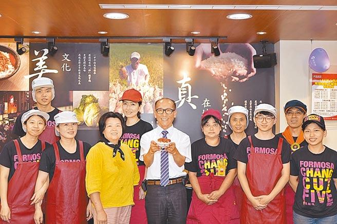 鬍鬚張董事長張永昌(中)強調,「卓越」的服務,是能夠「想在顧客前面」的服務。圖/鬍鬚張