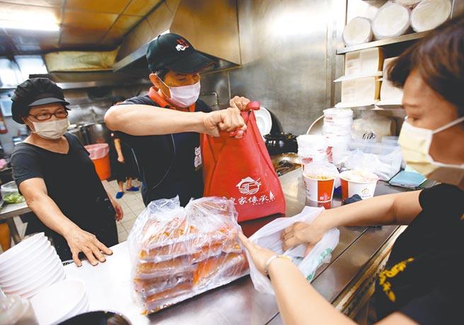 皇家傳承重慶店,店家忙著處理網路訂單的冷凍包。(趙雙傑攝)