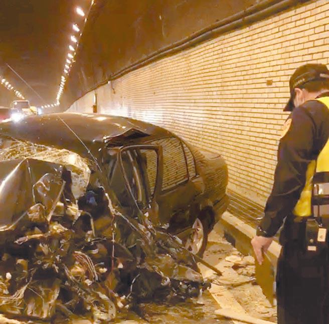 台9線蘇花公路159公里處花蓮大清水隧道,昨下午2時,一輛自小轎車在隧道內與遊覽車擦撞,小轎車車頭撞得稀爛。(花蓮消防局提供)
