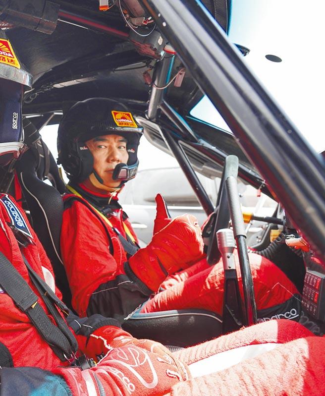 任賢齊在MV中親自上陣賽車。(寰亞音樂提供)