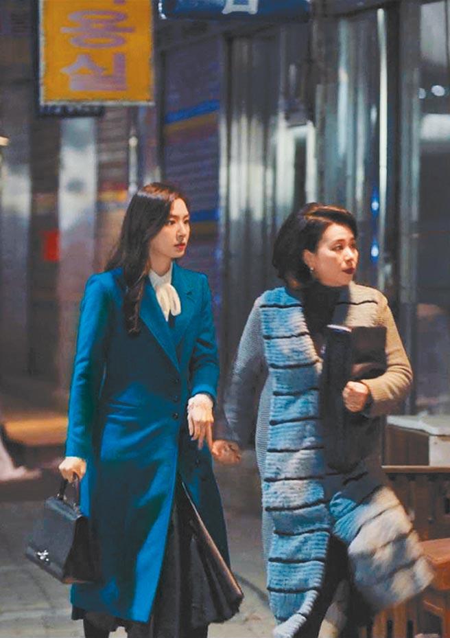 韓劇《愛的迫降》中,徐智慧(左)手拎Rejane包款,16萬5000元。(摘自網路)