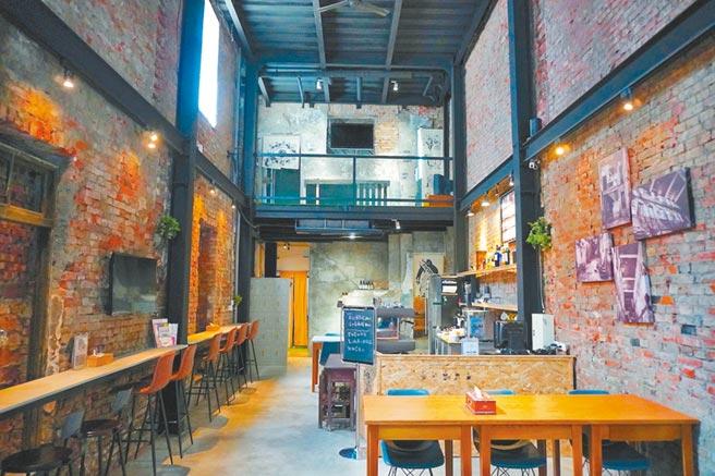 「廢墟Bar」以80年老屋改建,不僅提供輕食、飲品,也是拍照打卡的好去處。(何書青攝)