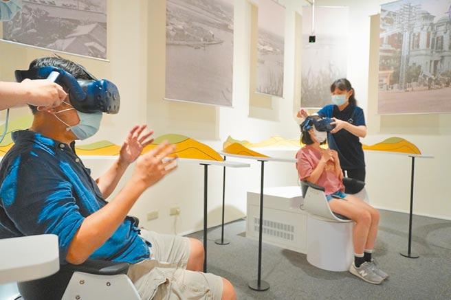 高雄歷史博物館中的VR設施帶民眾穿越港都古今。(何書青攝)
