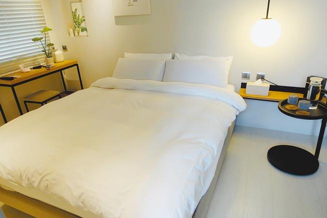 「門草行旅」4th_one雙人房位於4樓,房內有衛浴、浴缸,最多2人入住。(黃采薇攝)