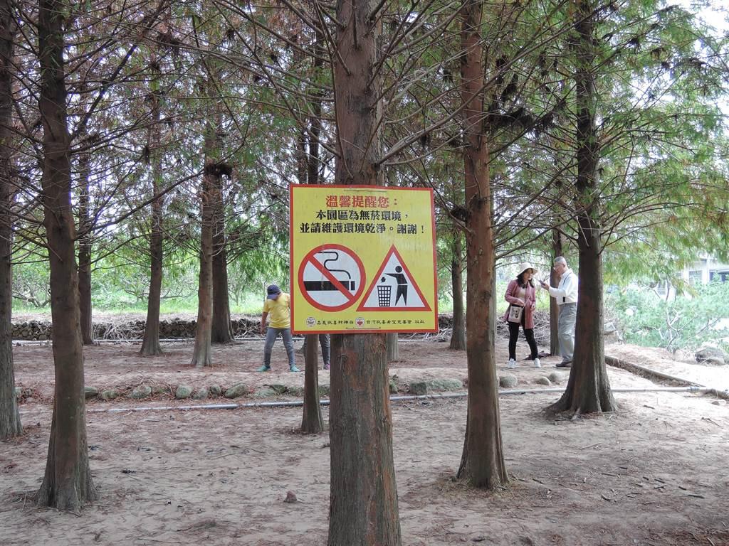 歡喜財神廟特別設置告示牌,提醒遊客要愛護環境,別亂丟垃圾。(張毓翎攝)