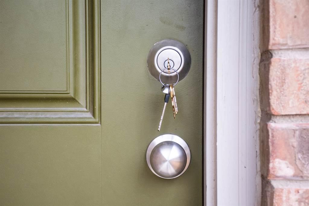 身為外送員的原PO靈機一動,想到利用叫外送,在備註欄請外送員協助開門。(示意圖/Shutterstock)
