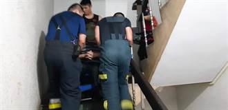 舊大樓電梯故障1周 消防隊爬樓梯「運」截肢男送醫