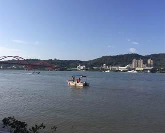 女子從關渡橋上墜入河中 警消派船艇救援中