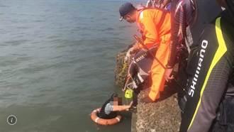 外埔漁港釣客失足落水 海巡警消全力救援