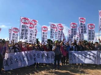 桃園龍潭要設養雞場 居民舉白布條抗議