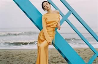 168cm女星曝光金黃絲綢裙寫真 腰間中空細線綁出纖腰