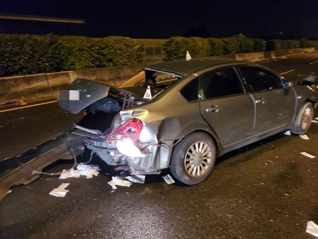 銀灰色轎車遭後車追撞,車尾擠壓變形。(台中市消防局提供/王文吉台中傳真)