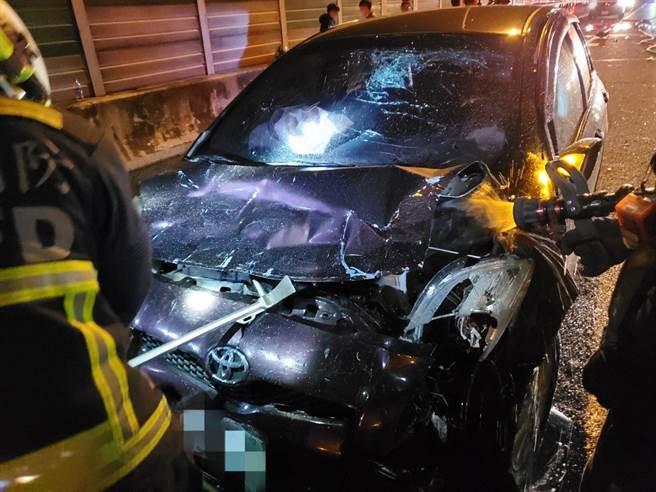 黑車轎車閃避不及,從後高速追撞,車頭嚴重毀損,擋風玻璃也碎裂,車上1男1女受傷送醫。(台中市消防局提供/王文吉台中傳真)