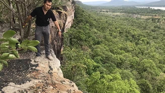 事發當時的懸崖相當陡峭,狠心的俞男卻一把將孕妻推下。(圖/翻攝自澎湃新聞)
