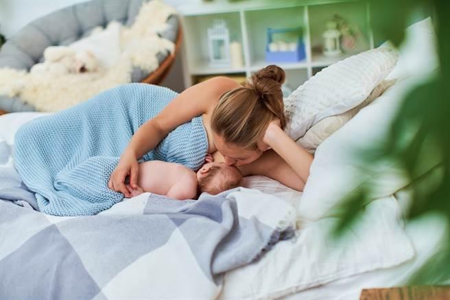 媳婦控訴公公總在她哺乳時擅自闖入房間。(示意圖/Shutterstock)
