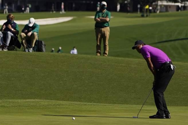 老虎伍茲在名人賽第3輪表現出背部不適,只打平標準桿,衛冕希望渺茫。(美聯社)