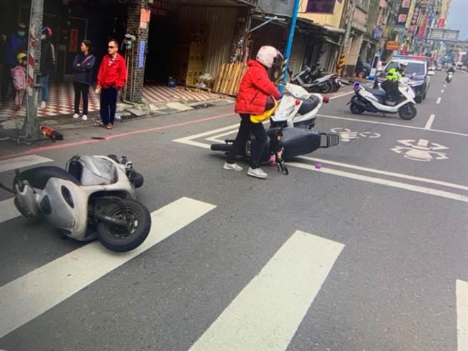 桃園市龜山區接連發生2起車禍,造成4車6人受傷。(警方提供/賴佑維桃園傳真)