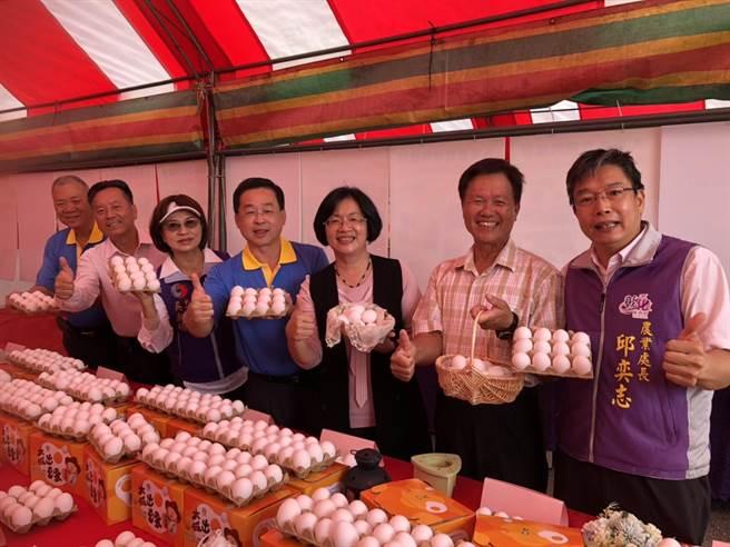 彰化縣政府輔導大城鄉農會舉辦全國第一場「彰化優鮮」蛋品評鑑和行銷活動,15日吸引大夥來吃蛋。(吳敏菁攝)