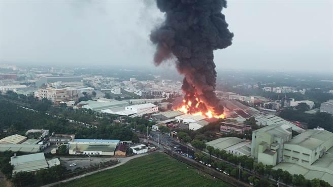 屏東內埔工業區15日下午發生大火,大火產生的濃煙直竄天際,遠處都看得見。(屏東小鎮資訊提供/潘建志屏東傳真)