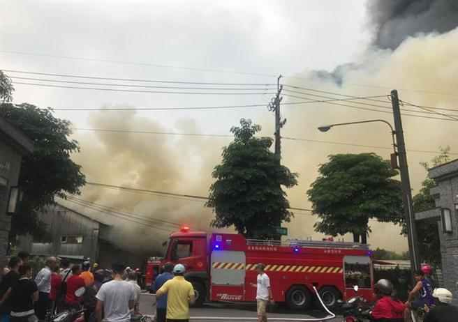 屏東內埔工業區15日下午發生大火,消防人員前往搶救。(屏東小鎮資訊提供/潘建志屏東傳真)