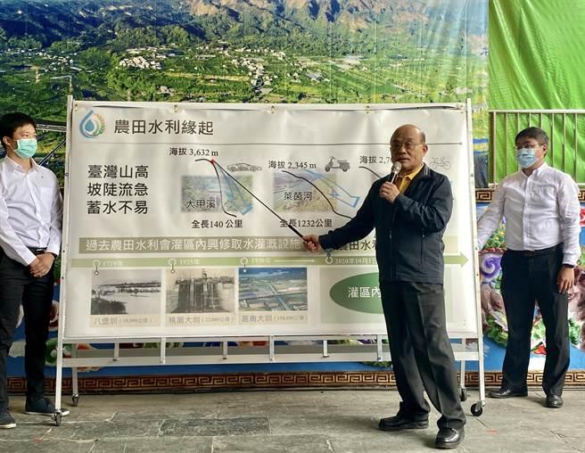 蘇貞昌簡報時表示,他特別指示農委會務必積極辦理11月開始的「十股公圳導水路等圳改善工程」,目標在農曆年前完工,讓更多擴大灌區的農民有水可用。(黃立杰攝)